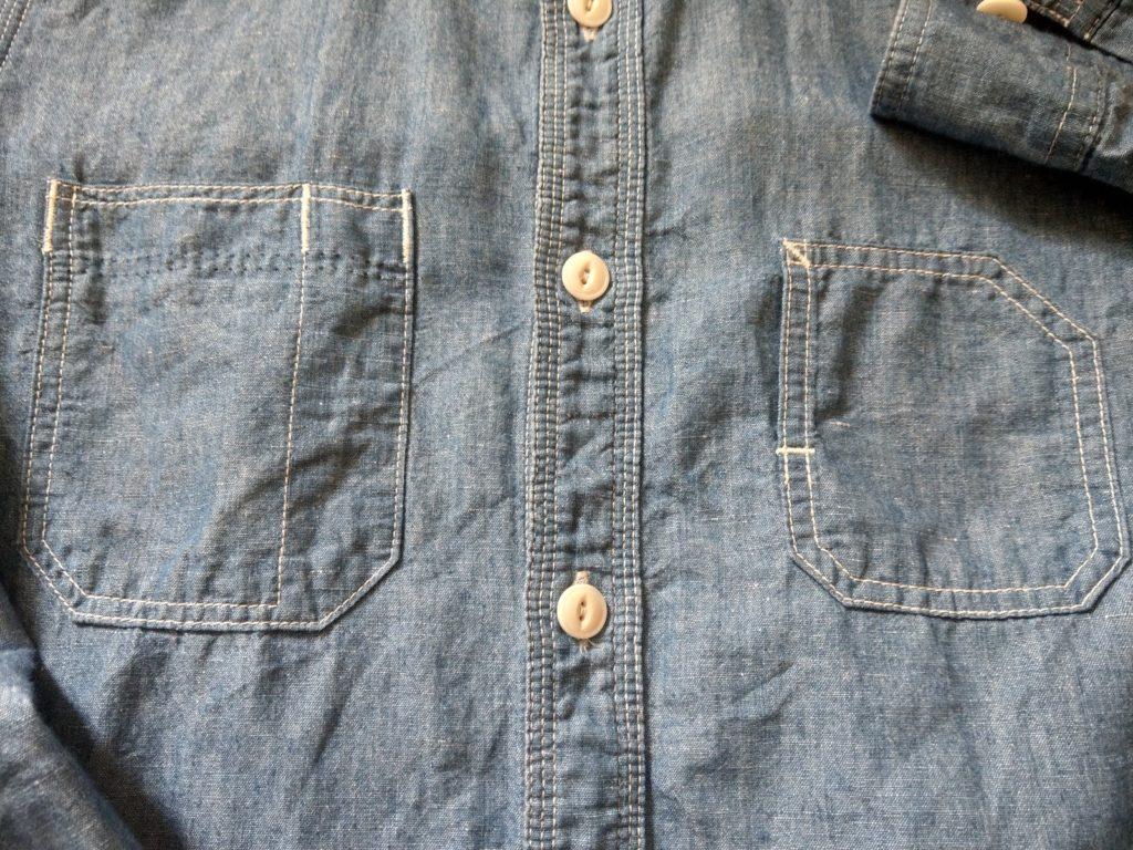 トリプルステッチと左右非対称のポケット
